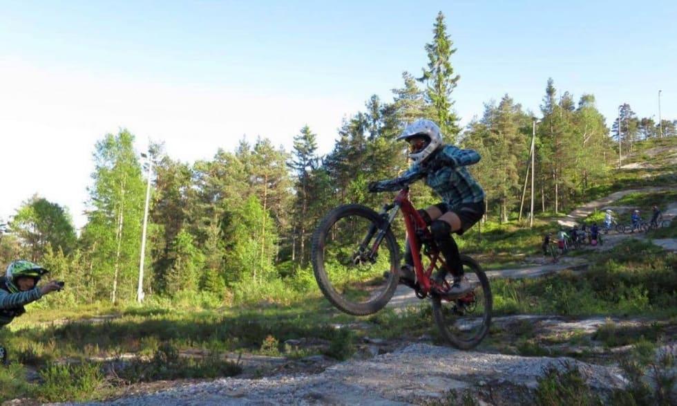 Kjerringåsen jentedag DH - Hanne Holmstrøm Karlsen 1400x838