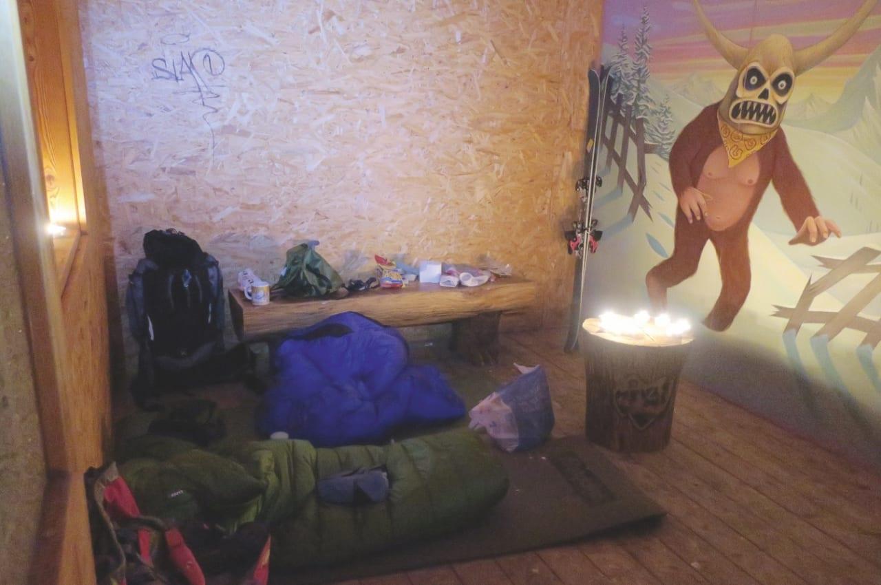 INNE … : Etter noen uker i telt (og med buss til bakken), fristet det å prøve å sove i hytta i parken. Her prøver Rusten og Gundersen å varme opp kuldehølet med telys, med blandet suksess.