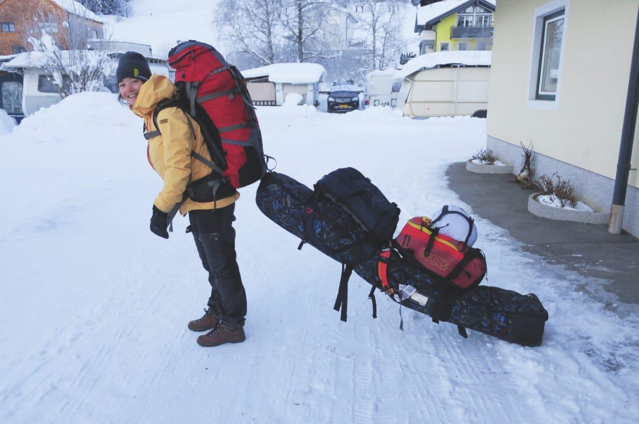 RIGG: Her er starten på den lange veien hjem. Nina Rusten har pakket på campingplassen, og skal begynne å finne en buss eller tog for å komme seg til Salzburg. Dagstursekkene er festet på skibag, som igjen er festet som en slags pulk i tursekken.
