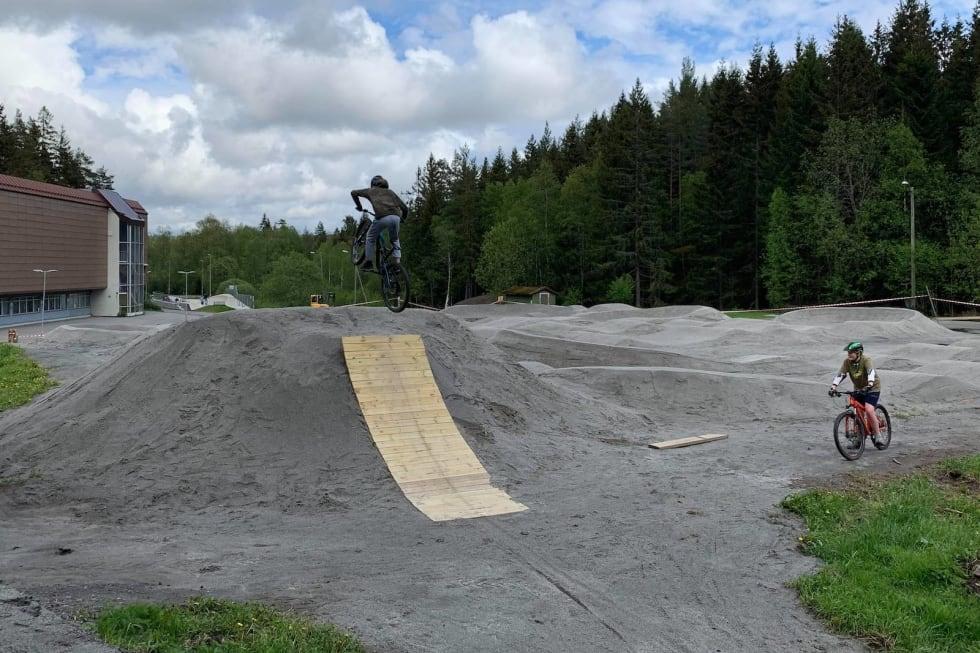 Hoppet er over to meter høyt, og har allerede vørt testet. Under åpningen 16. juni er det proffenes tur. Foto: Trond Dyrnes