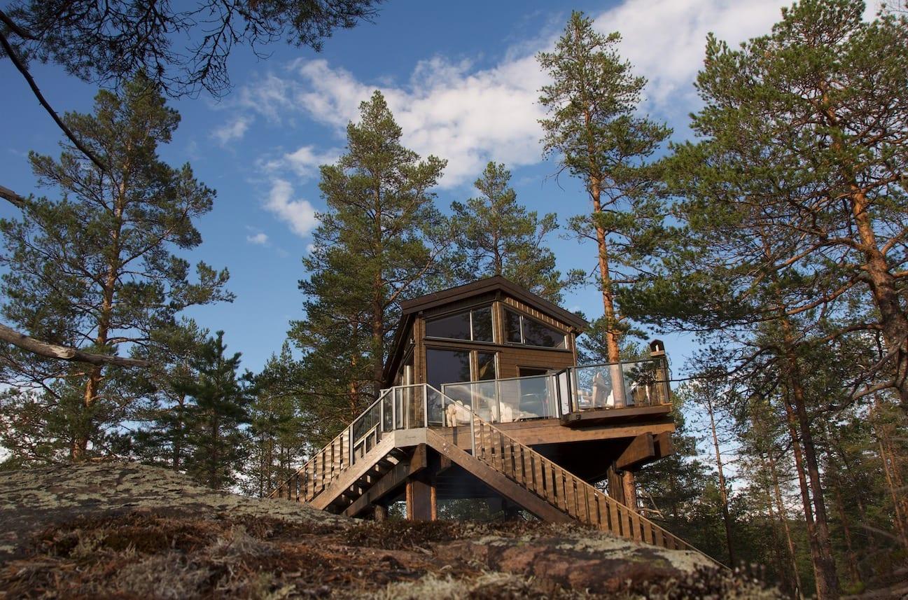 MELLOM TRÆRNE: Seks meter over bakken er hytta godt plassert.