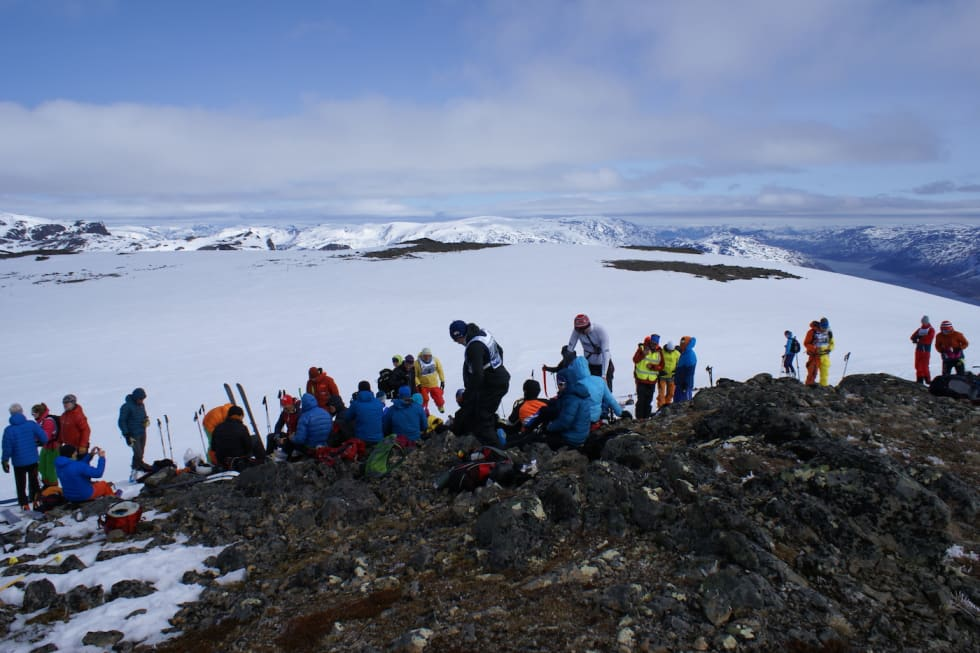 Etter oppstigningen var det pause på toppen før nedkjøring med intervallstart. Foto: Morten Fuggeli