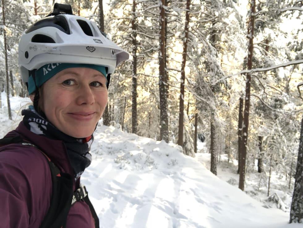 Hvit snø og blek vintersol gir et unikt lys i skogen.