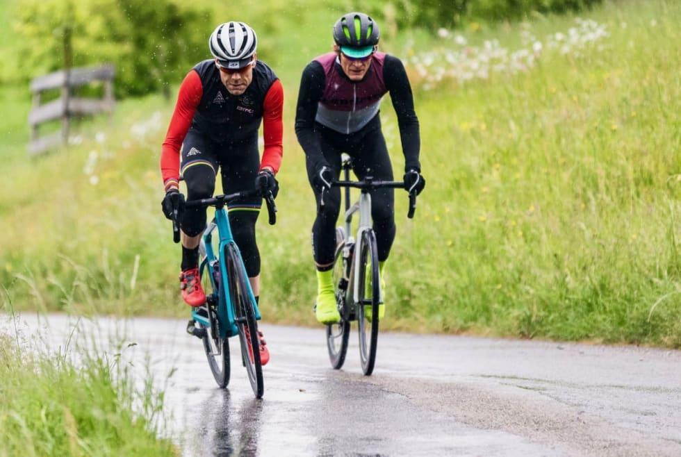 IKKE BARE FOR EVANS: Cadel Evans har vært med å utvikle Roadmachine. Han mener det er den sykkel de fleste entuasiaster bør ha. Her prøver han å støte fra Landeveis utsendte i en sveitsisk bakke. HD Pictures © BMC / Jérémie Reuiller