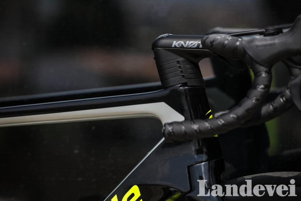 TÅRN: Høyden på aerostyret justeres enkelt gjennom noen avstandsskiver. Vi gir Cannondale kudos for at de overlater tilpasningen av sykkelen til oss. Foto: Brian Venor.