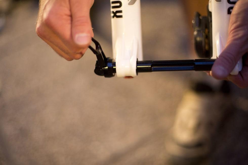 FESTE: Skru akslingen passe langt inn i gaffelen så den ikke løsner. Da mister du den ikke. Foto: Kristoffer  H. Kippernes.