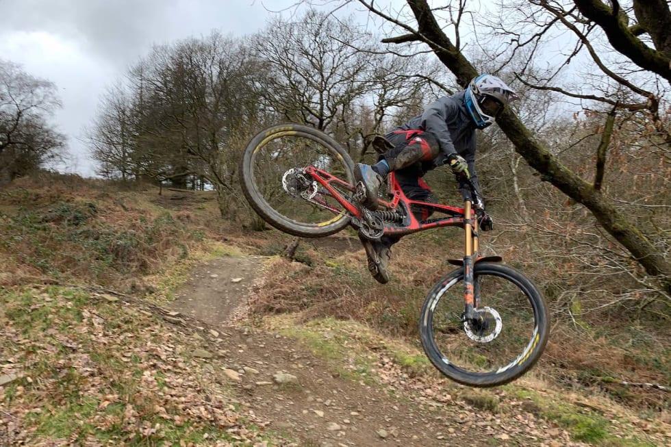 Sindre Rustan i fri dressur i Bike Park Wales. Foto: Henrik Myhrvold