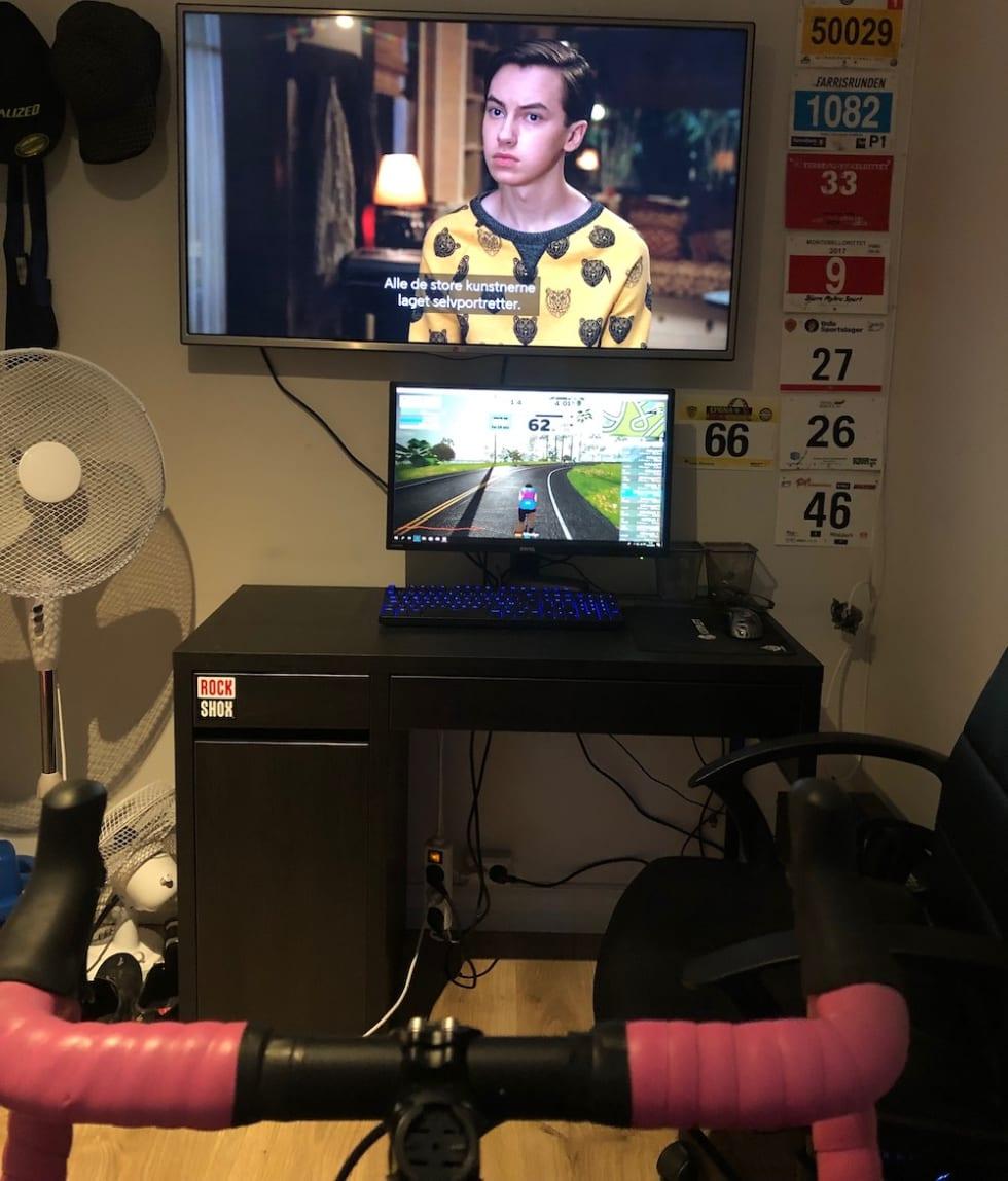 Kristin Bye Weyer-Larsen sykler gjerne med serier på TV når hun ikke kjører de aller hardeste øktene.