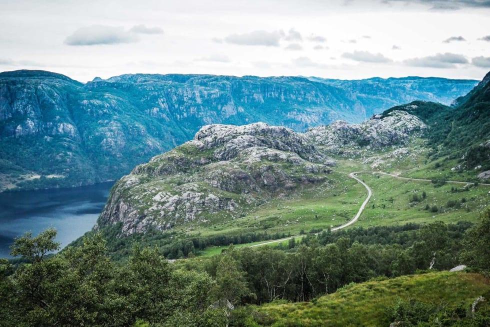 INNBYDENDE: Veien opp mot Skykula med Ørsdals-vatnet i bakgrunnen. Flotte festlokaler når motbakke og melkesyre står på menyen.