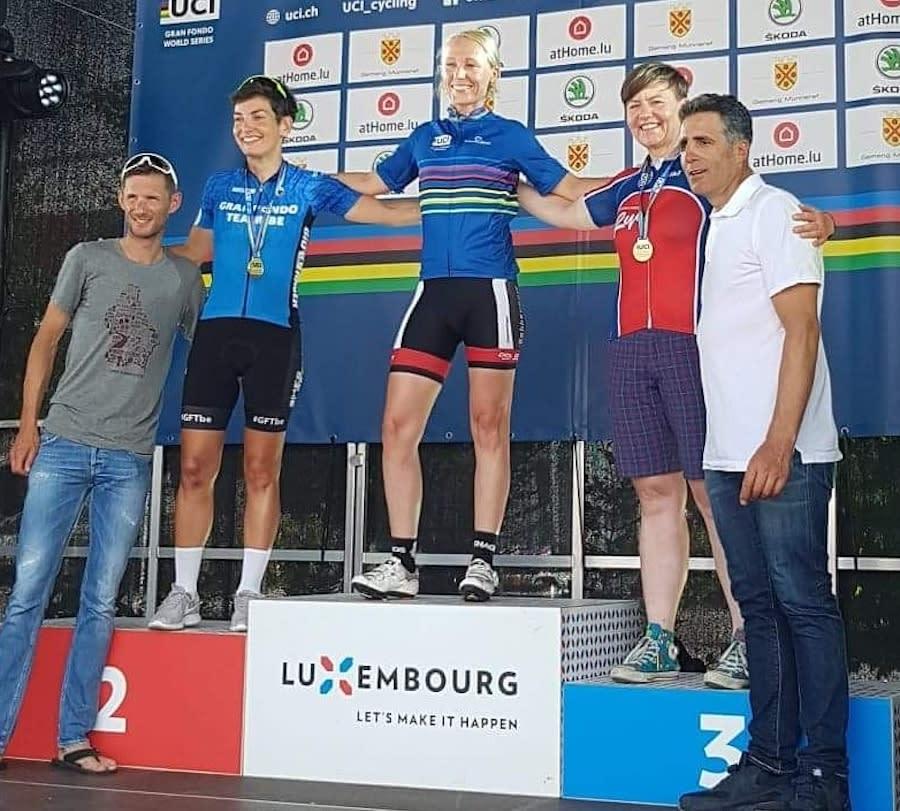 STOLT: Adelheid Huuse fra SK Rye tok tredjeplassen i Fränk Schlecks Gran Fondo ritt i Luxemburg i fjor, der Miguel Indurain og Frank Schleck delte ut medaljene. Foto: Privat