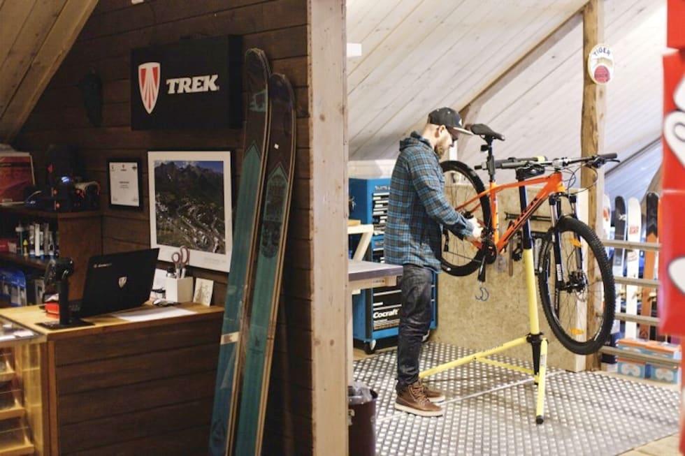 Anders Urseth åpner butikklåven Tolga Sykkelmekka for afterbike etter stitur i sitt paradis på Tolga. Foto: Eirin Østgårdsgjelten Sørum/ velgmedhjertet.no