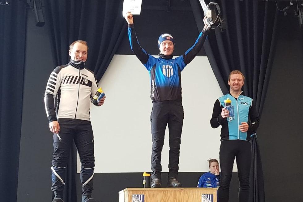 Audun Øverbye Hanssen vant Skogen Fatbike med halvannet minutts margin, foran Daniel Boberg Leirbakken (til venstre) og Øyvind Klemetsen Bøthun. Foto: Nerskogen IL Sykkel