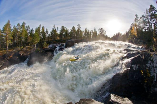 UTFORBAKKE: Karl Engen på vei ned en av mange hissige kombinasjoner i Aurdøla, på solid vannstand. Foto: Espen Mikkelborg