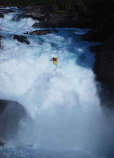 SVÆRING: Evan Garcia padler Purkhola-fossen – den råeste i Nedre Rauma og kanskje i verden. Foto: Mathias Fossum
