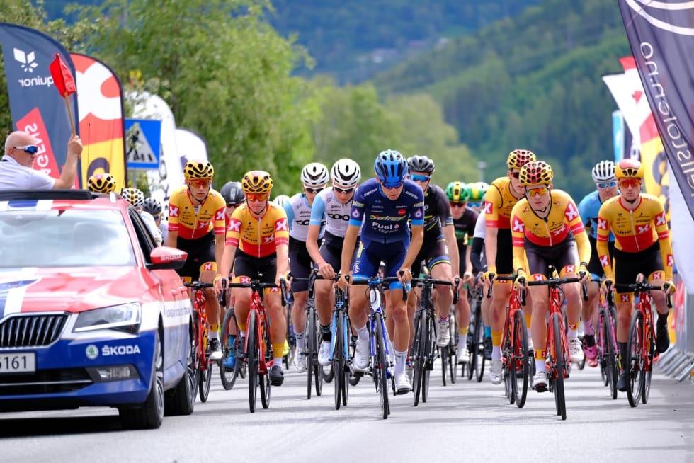 Starten på siste etappe i menn senior gikk i Gol sentrum. Foto: Mikkel Skretteberg/Sportsfoto.no