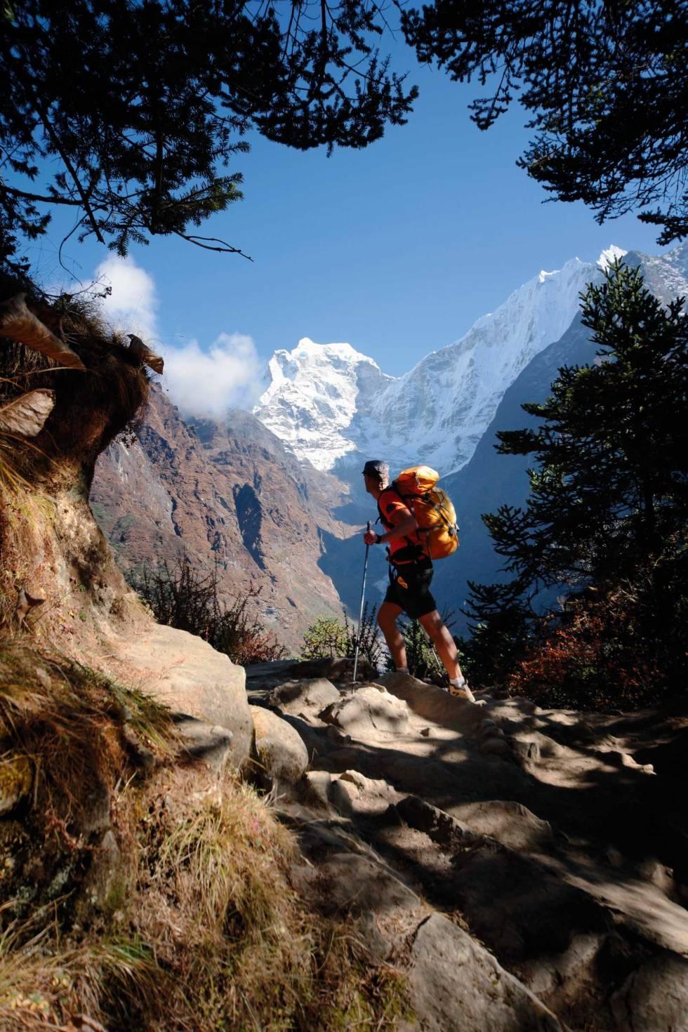 AMA DABLAM: Et ruvende fjell nordøst i Nepal, øverst i Khumbudalen. Her ser vi Kangtega på veg opp. Foto: Matti Bernitz Pedersen