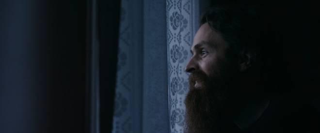 Magnus Eliassen dagdrømmer ut stuevinduet i Lofoten