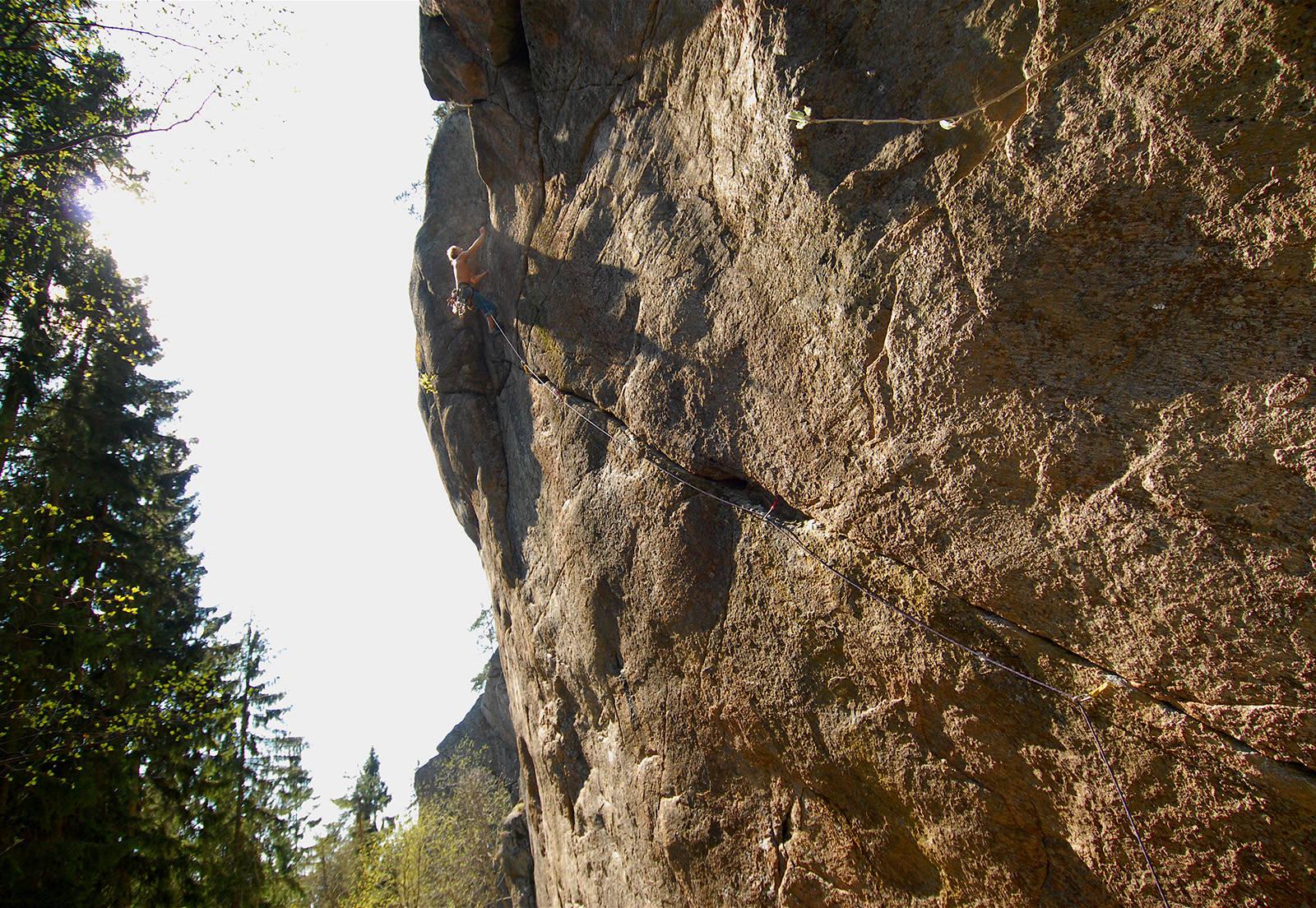 SKULPTURELL: Fenriss (7+) byr på teknisk interessant og pumpende klatring hele veien til topps. Klatrer: Leo Houlding. Foto: Dag Hagen