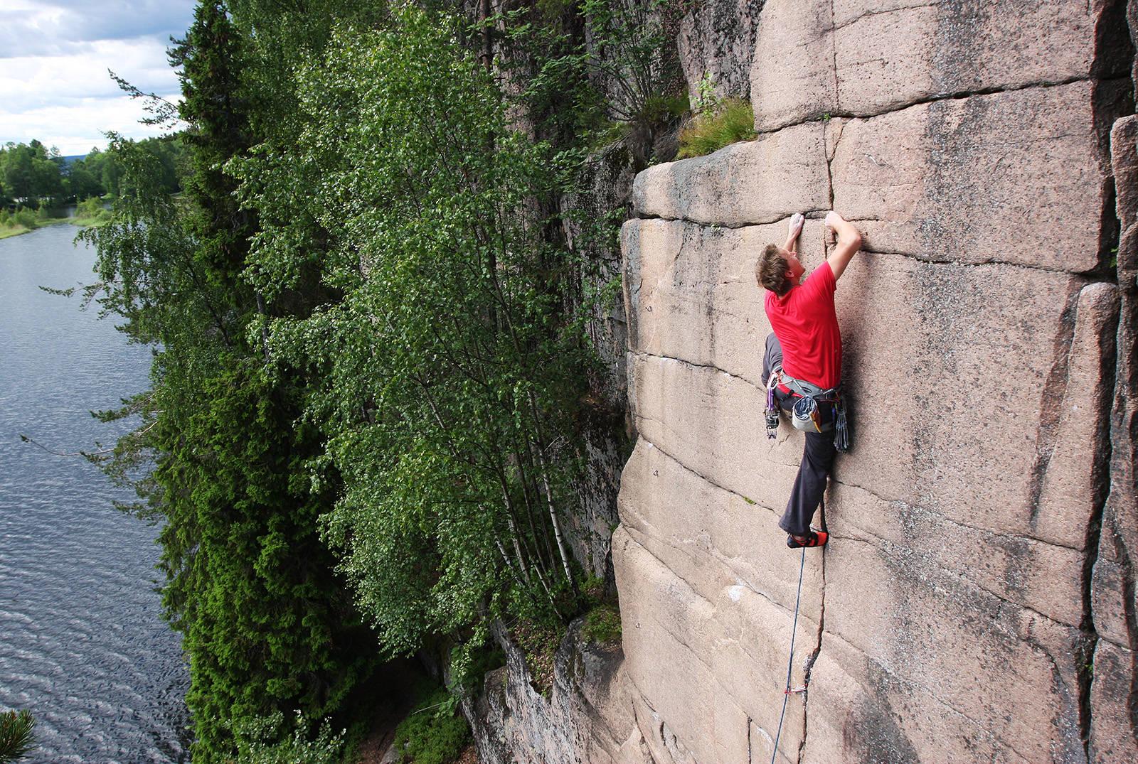IØYNEFALLENDE TYNT: Fingra fra kanten (7) er ikke veldig langt, men veldig fint. Klatrer: Øystein K. Johnsen. Foto: Dag Hagen