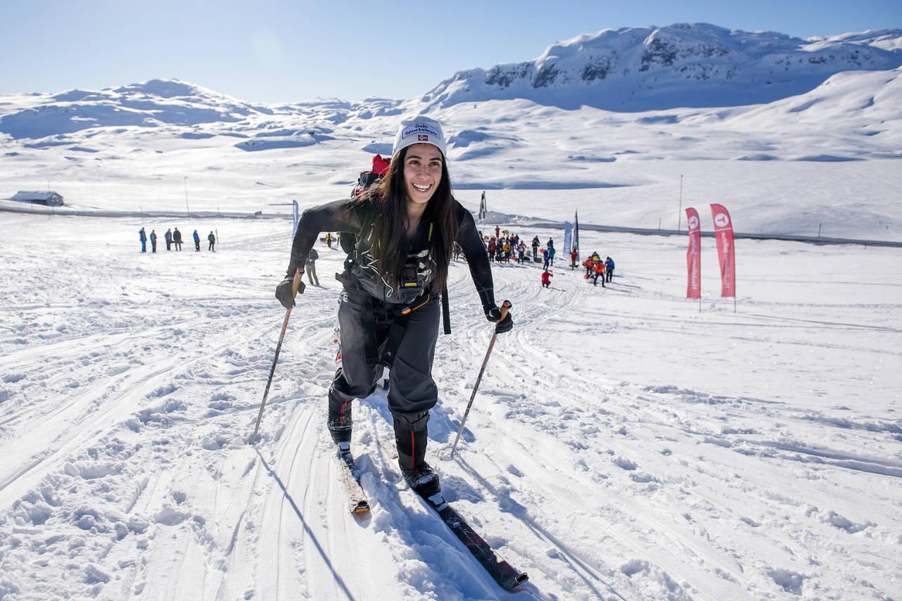 VED GODT MOT: Starten har nettopp gått. Amy har 100 kilometer skitur foran seg og 47 kilo å trekke på. Foto: Kai-Otto Melau