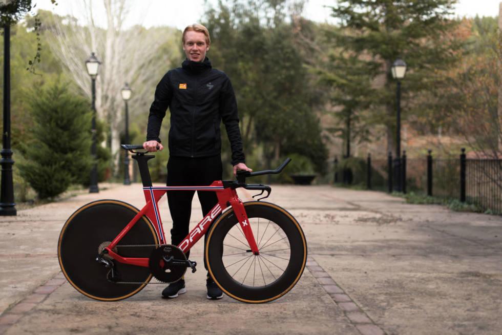 Andreas Leknessund viser frem norgesmester temposykkel
