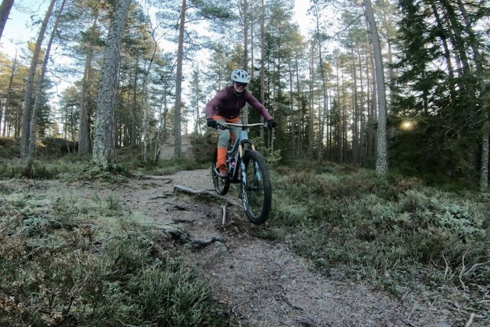 For Anette Røssum Bastnes er Østmarka og Trulsen-området seisykkelparadis hele året, men spesielt når det er barfrost. Foto: Håvard Mageli