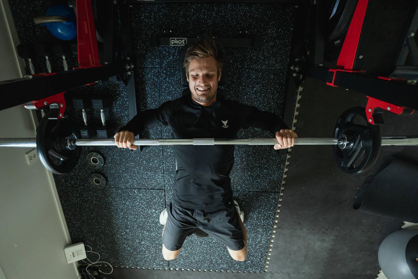 Det finnes mange måter å løfte benk på. Lars Haugvad anbefaler at du begynner med å legge stangen ned på brystet. Ikke lenger ned og heller ikke lenger opp. Bilde: Christian Nerdrum