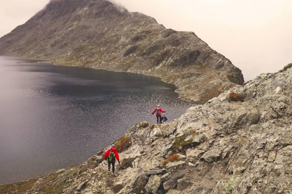 LUFTIG OVER BESSEGGEN: Morgenjoggerne passerer Bessvatnet på vei opp mot Besseggen. Foto: Erlend Sande