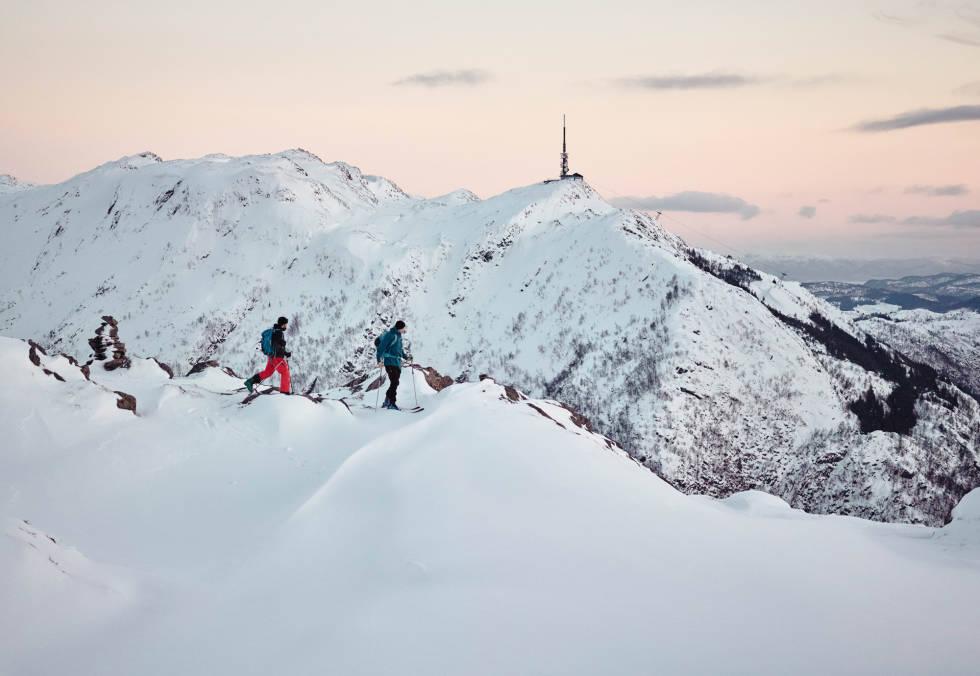 BLÅMANEN: Hopper du på Fløibanen ved Bryggen, er du 250 meter over havet på et blunk. Her kan du enten løpe rundt i lysløypa, eller ta til høyre ved Brushytten og gå videre opp på Blåmanen, 554 meter over havet. Toppen er ikke et av de syv berømte byfjellene, men har en fantastisk utsikt, og er veldig lett tilgjengelig. Her har Henning S. Skjetne og Asbjørn Hellås akkurat kommet seg over tregrensa en ettermiddag i februar, og kan planlegge nye linjevalg på Ulriken. Foto: Alric Ljunghager