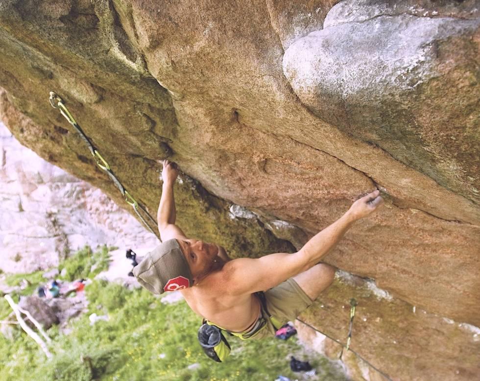 Jens Larsen klatrer Yatzy (8+) i Granitgrottan i Bohuslän Foto: Dag Hagen