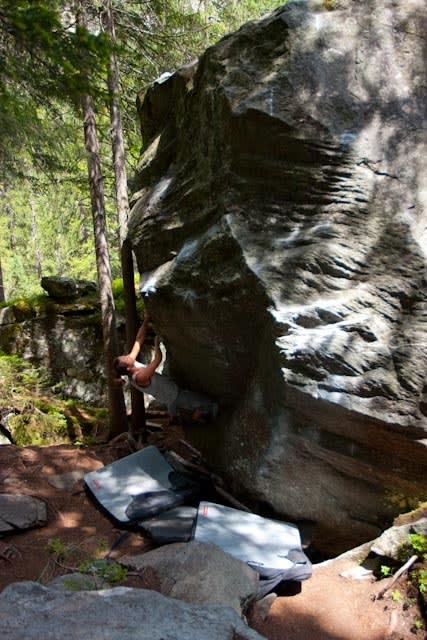Camilla Gjørtz prøver seg på en 7A langt inne i skogen. Foto: Dag Hagen