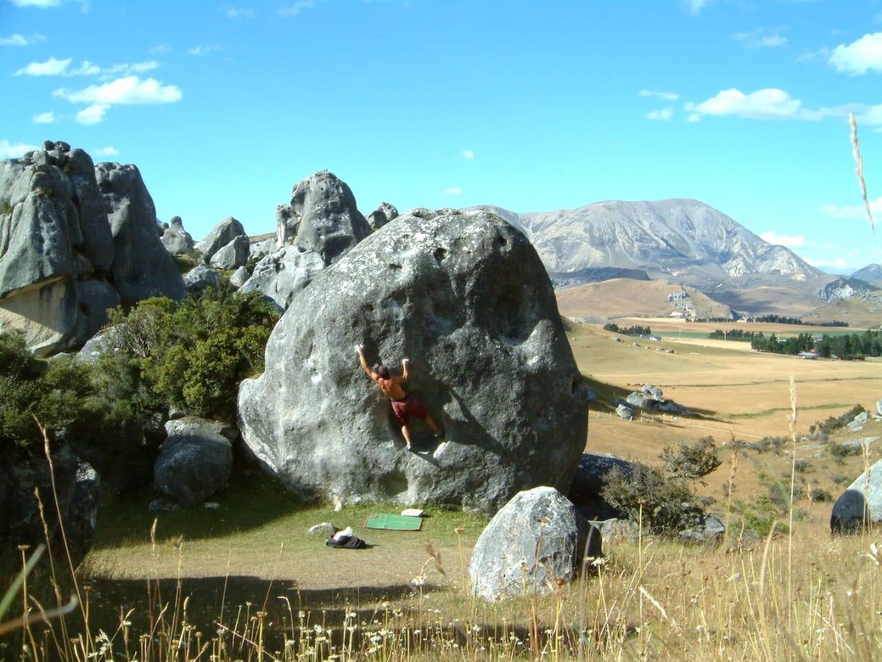 En 7A+-bulder i Castle Hill i New Zealand. Foto: Dag Hagen
