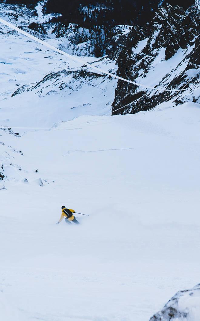 DRAMATISK: Nikolai Schirmer setter svinger på hengebreen Glacier Rond. Foto: Henrik Ulleland