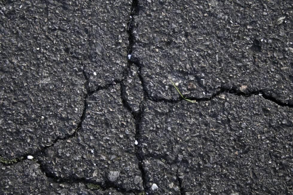 sprekker i asfalten