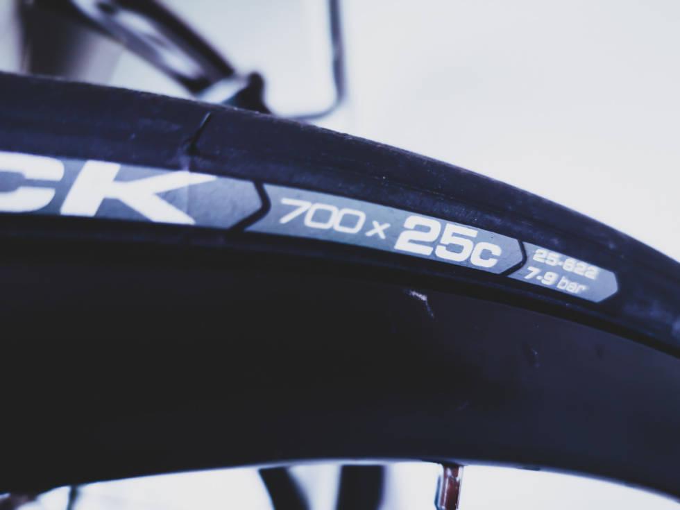 racersykkel med 25 mm brede dekk fra Vittoria