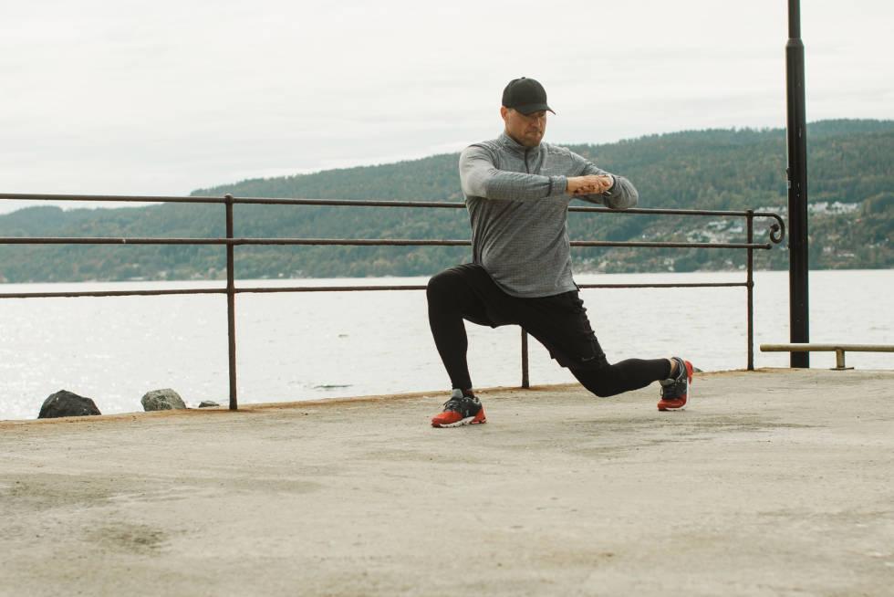 Hvis du vil øke vanskelighetsgraden på øvelsen kan du for eksempel vri overkroppen i stedet for å holde den i ro. Bilde: Christian Nerdrum