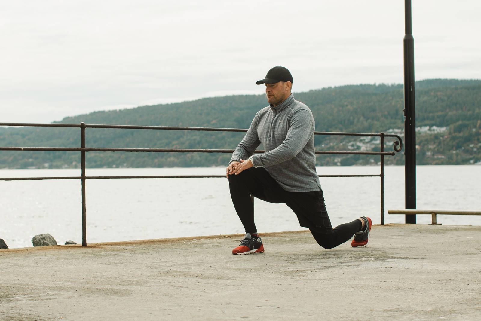 Dype utfall uten vekter er en fin øvelse å starte med. Det gir fokus og varmer opp musklene som er i arbeid i en benøkt. Sliter du med å holde knærne stabilt, kan du støtte de ved å holde hendene over som en skål. Bilde: Christian Nerdrum