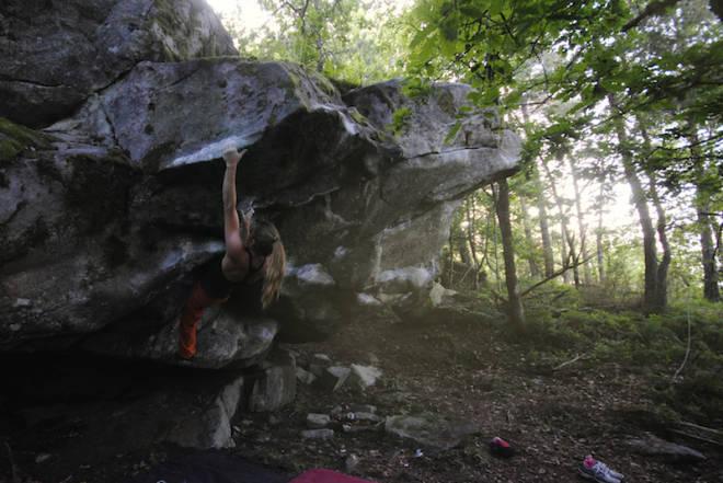 BUKSETESTING: Eirin Breie tester klatrebuksa ved å gå Nillesand (6C+) en sommerkveld. Foto: Christian Thorjussen
