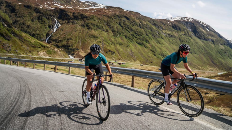 HAR SYKLET MYE OG LANGT: Caroline Vamnes (t.v.) er en av Norges mest erfarne landeveissyklister og videreformidler her sin kunnskap om konseptet langtur. Bilde: Magnus Roaldset Furset