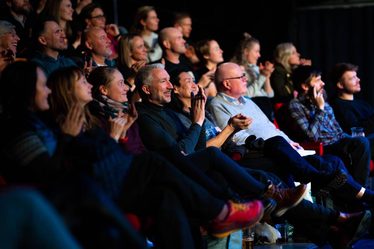 Publikum så ut til å kose seg. Foto: Kyle Meyr