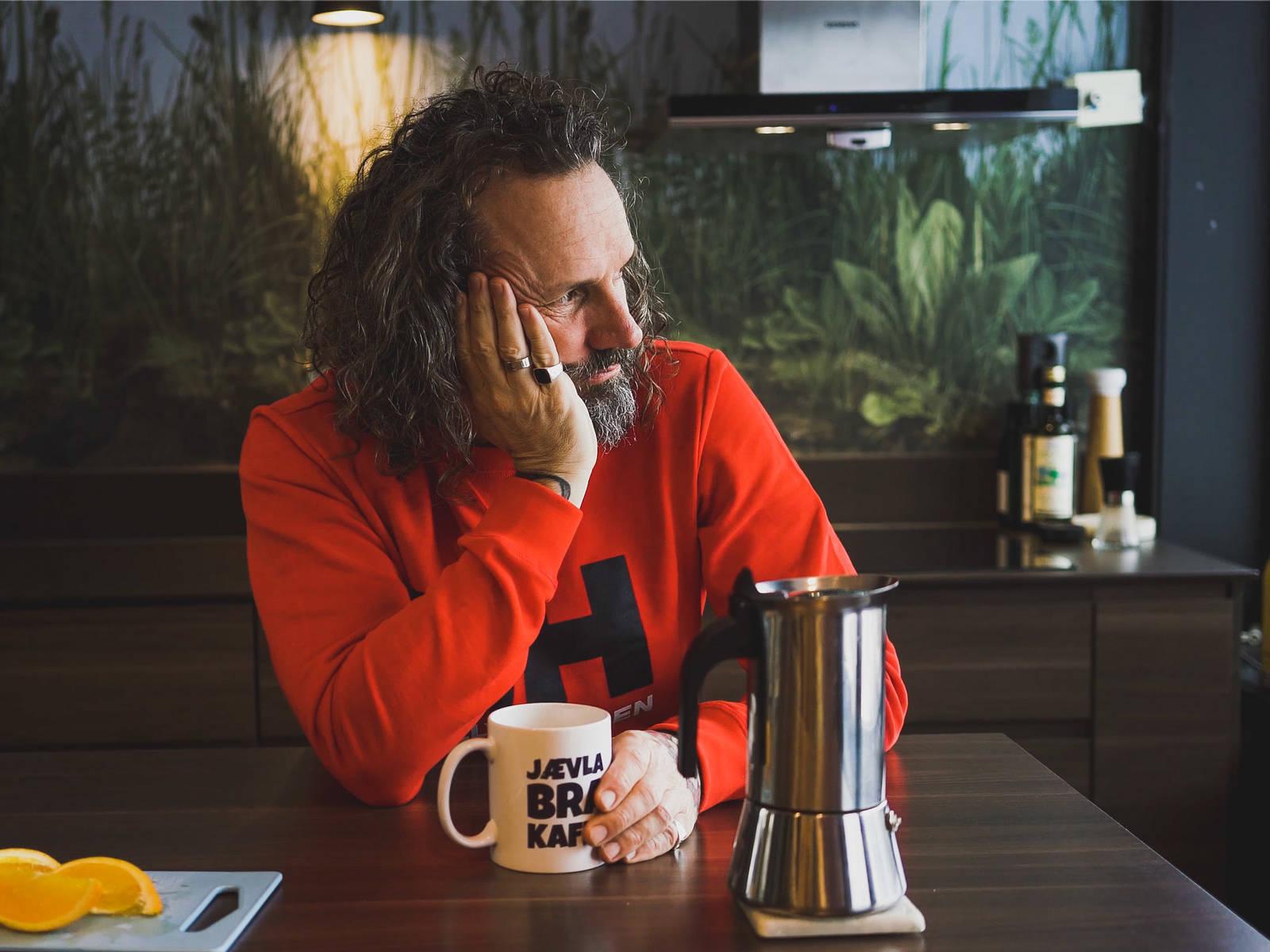 Sitter Bård og venter foran brødskuffen, eller er problemene hans reelle?