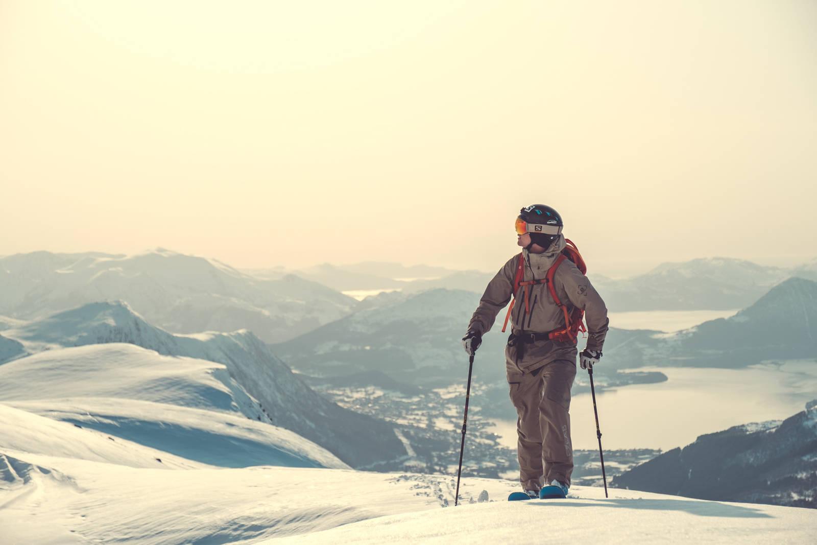 Robert Aaring bruker mye av skitiden sin utenfor skianleggene på jakt etter trygg og urørt snø. Bilde: Bård Gundersen