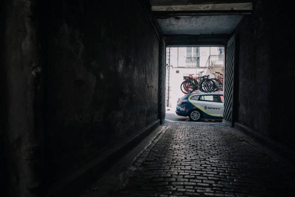 PAKKESEL: Daværende Orica-Greenedge stapper både biltak og bagasjerom fullt. 13. eappe av Tour de France, 2016. Foto: Kristof Ramon.