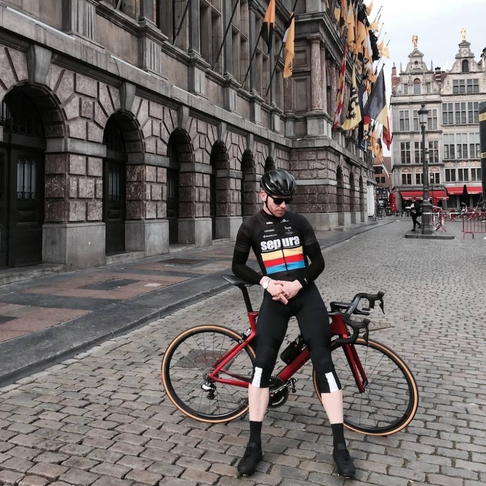 Fred Voldset på brostein under pilegrimstur til Belgia. Foto: Privat