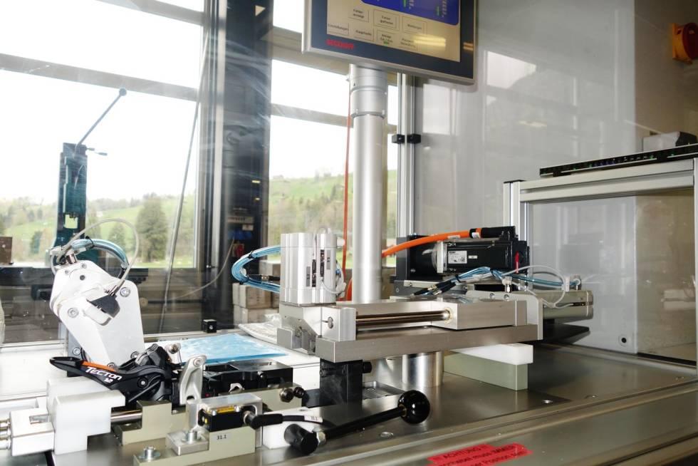 NØYAKTIG: Her testes utløserverdien i hver enkelt binding før den pakkes i eske og sendes ut på markedet.