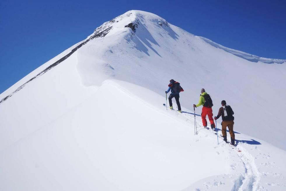 PÅ TUR: Guiden Franz Baumgartner leder an foran den norske Fritschi-importøren Halvor Langslet og salgssjef Oliver Feuz på vei mot fjellet Ammertenspitz (2550 moh.) i området Engstligenalp