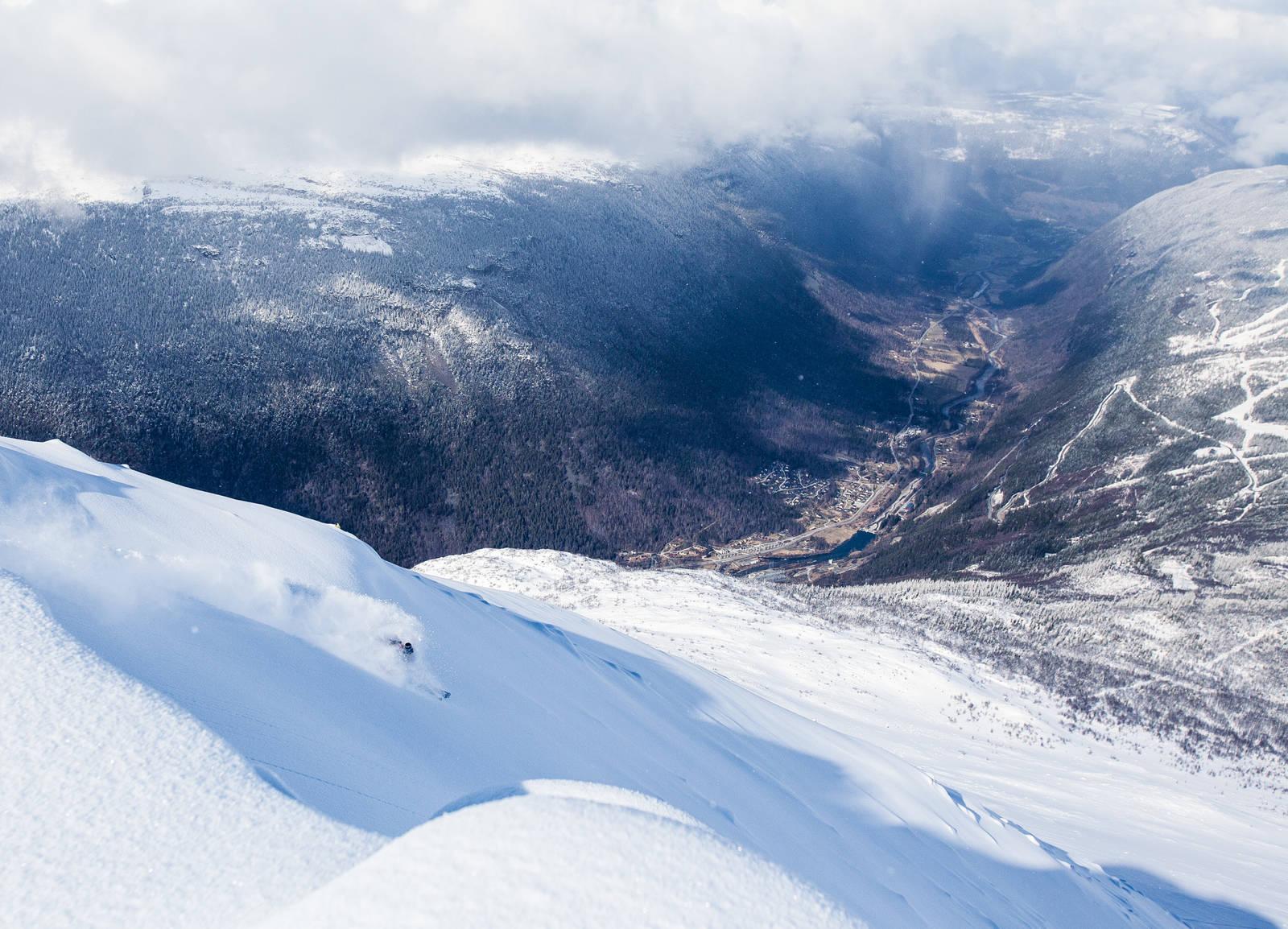 Det sies at man kan se hele 1/6 av Norge fra toppen av Gaustatoppen. Sondre Bjørkheim så knapt skituppene sine da dette bildet ble tatt. Bilde: Christian Nerdrum