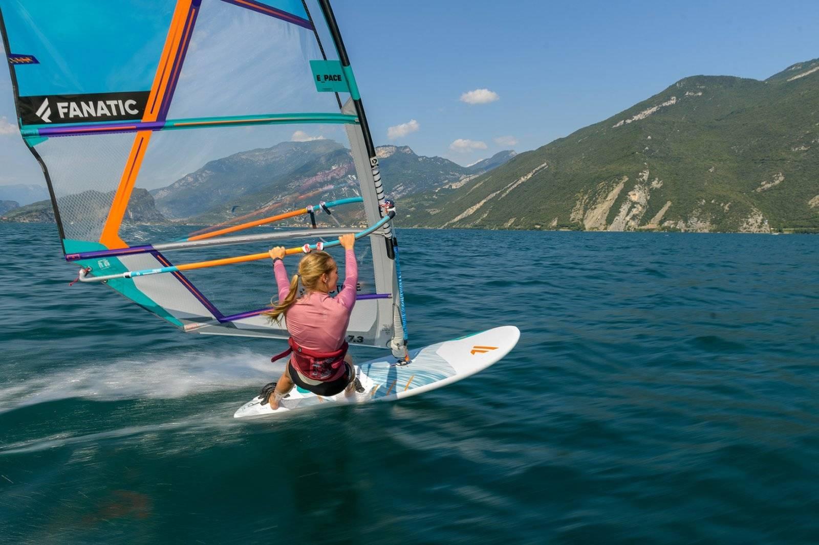 En windsurfer har en enorm utfordring både psykisk og psykisk. Hvert millisekund må det gjøres små og store justeringer. Bilde: Fanatic / Ronny Kiaulehn