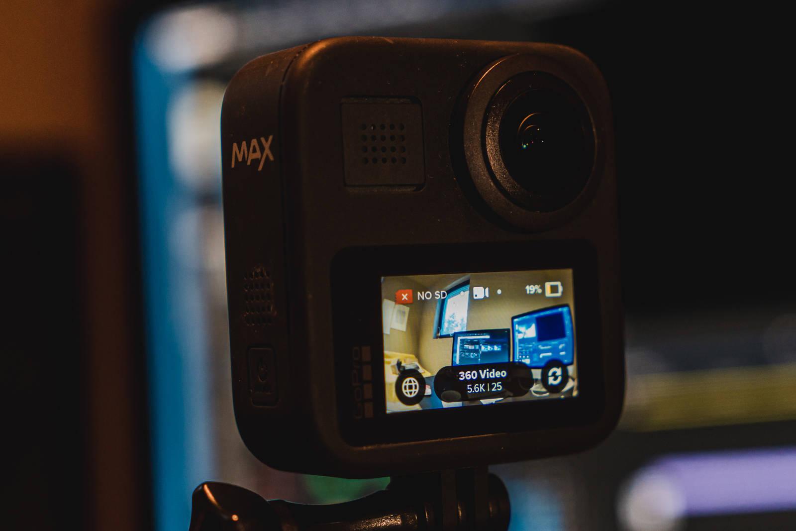 GoPro Max har display på den ene siden, men objektiv både foran og bak.