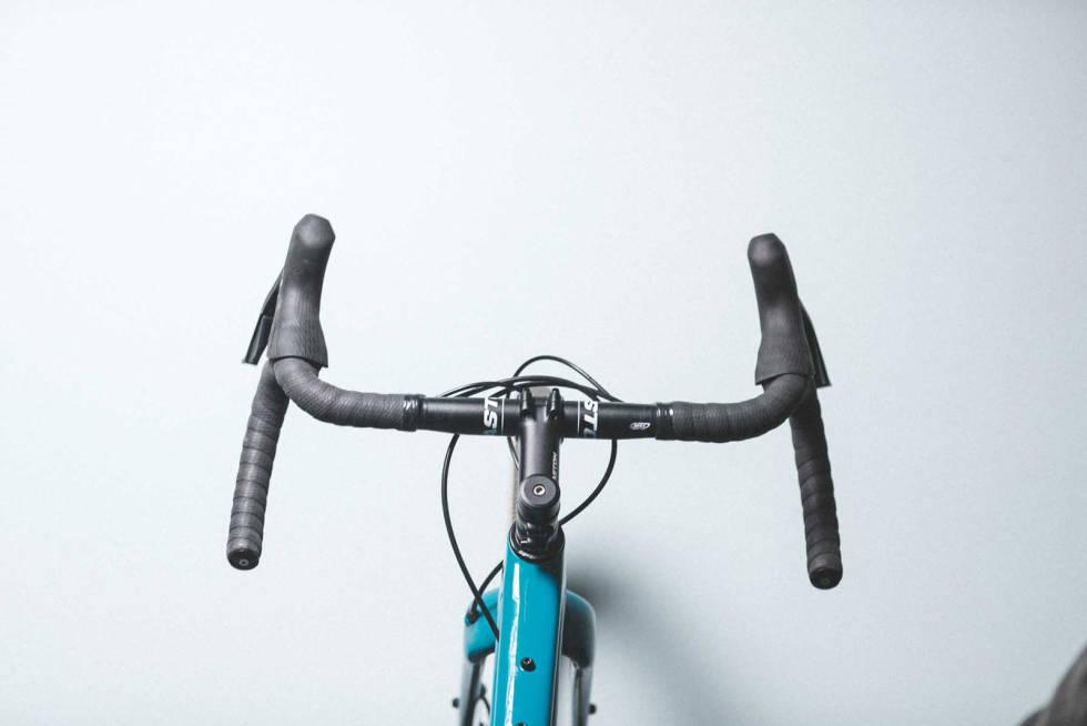 RAR BØY: Mange grussykler kommer med styrer med utsving nederst. De som monterer disse syklene bør være ekstra nøye med å montere styret med nedre del vannrett og hendlene litt ekstra høyt på styret.
